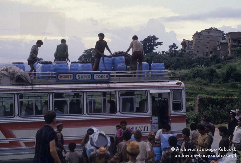 Załadunek bagażu, pierwszy z lewej przy autobusie Wojtek Kurtyka