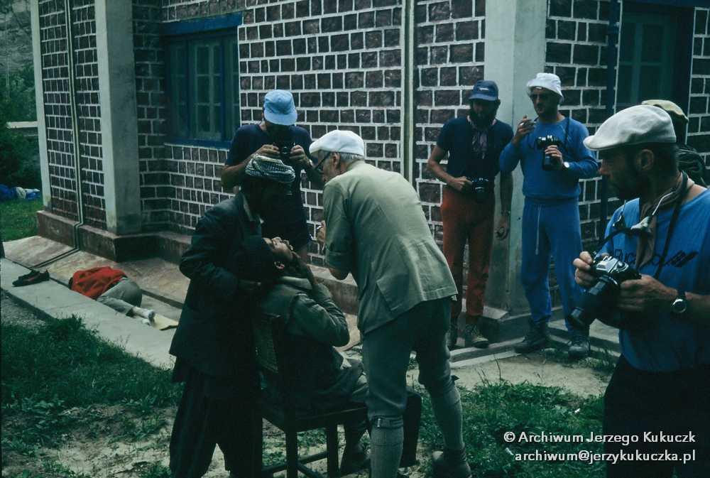 Operacja dentystyczna szerpy, czwarty od lewej Karl Herrligkoffer