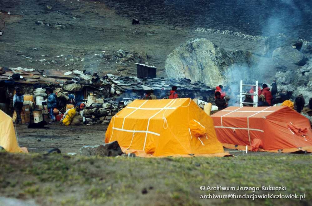 Biwak w drodze do bazy pod Mount Everest