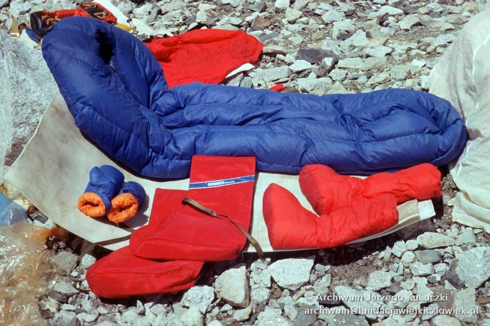 Śpiwór i odzież wspinaczkowa w bazie pod Lhotse