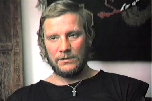 Jerzy Kukuczka, wspomina przeprawę z bazy pod Dhaulagiri do bazy pod Cho Oyu. Nagranie zrealizowane w mieszkaniu Kukuczki w Katowicach.