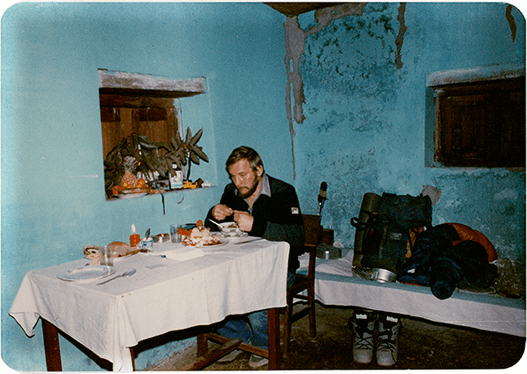 Samotny Jerzy podczas kolacji wigilijnej w pokoju hotelowym w Pokharze