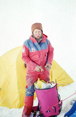 Andrzej Czok przed namiotem obozu, najprawdopodobniej, czwartego