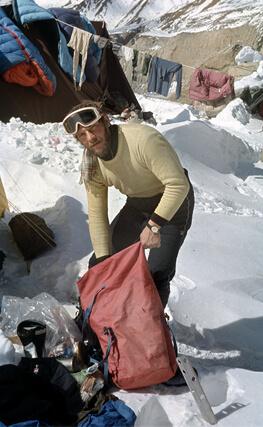 Jerzy Kukuczka w bazie pod Dhaulagiri. Prawdopodobnie pakuje plecak przed wymarszem na Cho-Oyu