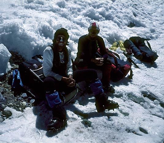 W 1982 roku podczas schodzenia z nielegalnie zdobytego szczytu Broad Peak, Jerzy Kukuczka ( po prawej stronie) i Wojtek Kurtyka spotykają Reinholda Messnera