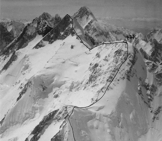 Odręcznie naniesiona droga prowadząca na szczyt Gasherbrum II. W połowie widoczne oznaczenie Gasherbruma Wschodniego (opis: 770)