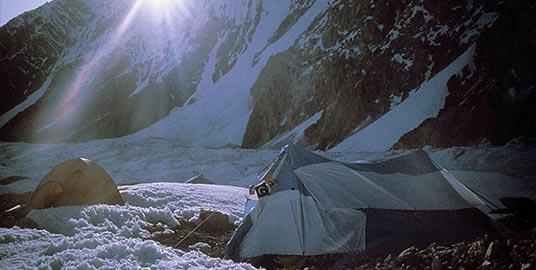 Namioty rozbite w bazie pod Gasherbrumami, na pierwszym planie messa.