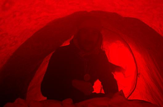 Krzysztof Wielicki w namiocie obozu