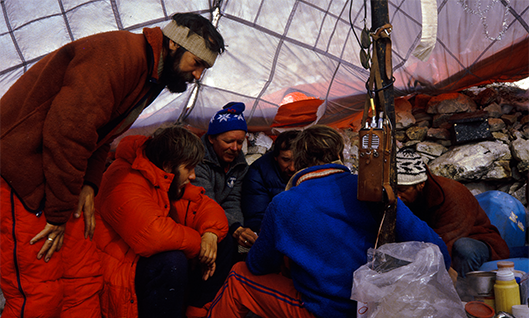 Uczestnicy wyprawy w bazie wysuniętej. Po prawej stronie widoczna wyprawowa radiostacja