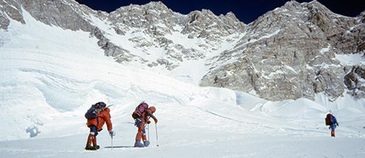 Himalaiści na stoku Kangchenjungi. Prowadzi Przemysław Piasecki, za nim idą kolejno Andrzej Czok i Krzysztof Wielicki