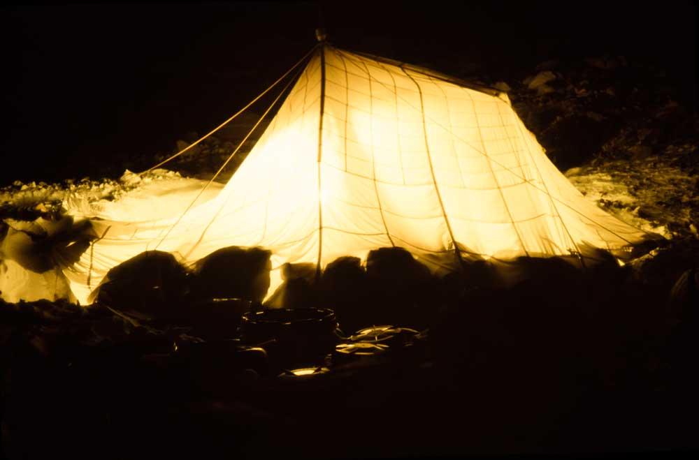 Namiot mesy wieczorową porą
