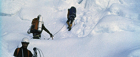 Lodowiec Khumbu, dojście do obozu I, od dołu Tadeusz Kozubek, Leszek Czarnecki, Ignacy Nendza, Aleksander Pańkow