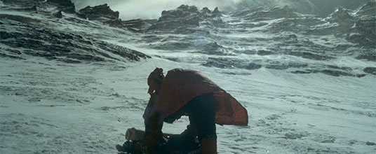 Na pierwszym planie Jerzy Kukuczka przepakowuje plecak podczas ataku szczytowego